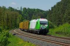 Unterwegs waren auch wieder die SETG-Rundholzzüge zum Umladebahnhof Wiesau