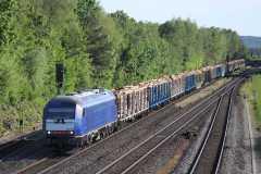 SETG-Rundholzzug bei der Durchfahrt durch den Bahnhof Schnabelwaid