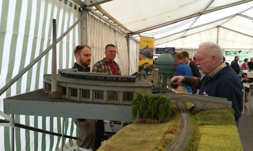 Die Pegnitzer Eisenbahnfreunde mit einem Bahnbetriebswerk beim Sommerfest von Modellbahn Pürner (2)