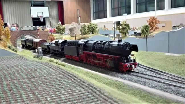 44 606 mit Sprühzug hinter dem Abzweig auf der Bäderbahn (Bad Rainheim, Bad Friedrichshöhe)